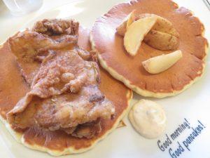 沖縄の食事のパニラニのフライドチキンパンケーキ