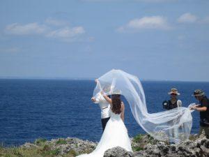 沖縄の観光の万座毛での結婚撮影