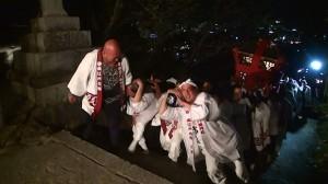 2016神輿の巡町の階段担ぎ上げ