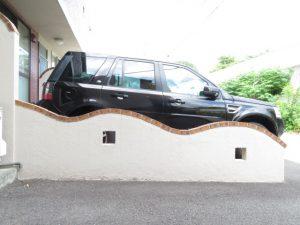コスモリバーの駐車の仕切り壁