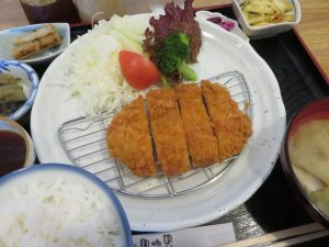 エブリワンのトンカツ定食