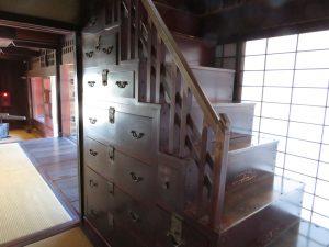 内子町並ガイドの上芳我邸の箱階段