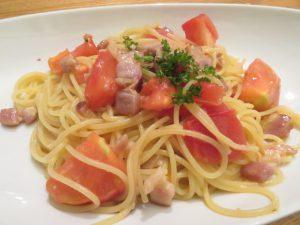 楽の自家製パンチェッタとフレッシュトマトのスパゲッティー
