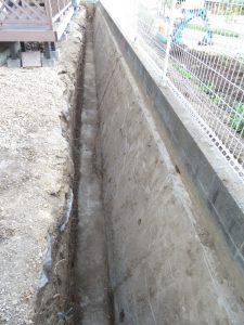 法面補修の法面内側の土の漉き取り