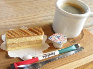 Tamayaの日替わりランチのケーキとドリンク